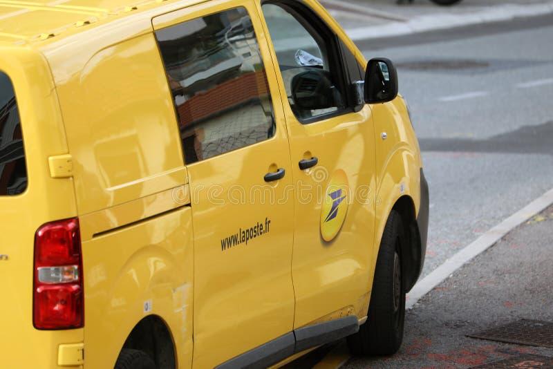 Roquebrune-ΚΑΠ-Martin, Γαλλία - 14 Νοεμβρίου 2018: Η κίτρινη υπηρεσία παράδοσης δεμάτων της La Poste Van Citroen Jumpy στάθμευσε στοκ εικόνες με δικαίωμα ελεύθερης χρήσης
