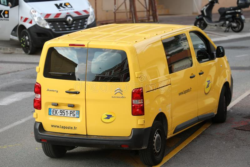 Roquebrune-Lock-svala Frankrike - November 14, 2018: La Poste gul jordlotthemsändning Van Citroen Jumpy Parked In royaltyfria bilder