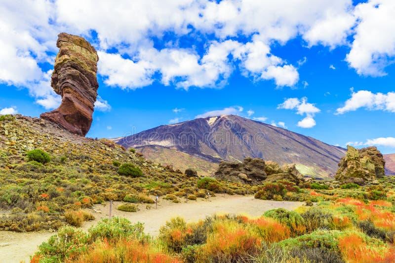 Roques de Garcia σχηματισμός και ηφαίστειο βουνών Teide στο εθνικό πάρκο Teide, Tenerife, Κανάρια νησιά, Ισπανία στοκ φωτογραφία
