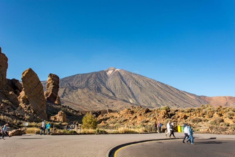 Roques De Garcia Hiszpania, Luty, - 7: Turystyczne rekonesansowe powulkaniczne formy w Teide kraterze na Luty 7 2019 w Roques de, zdjęcie stock