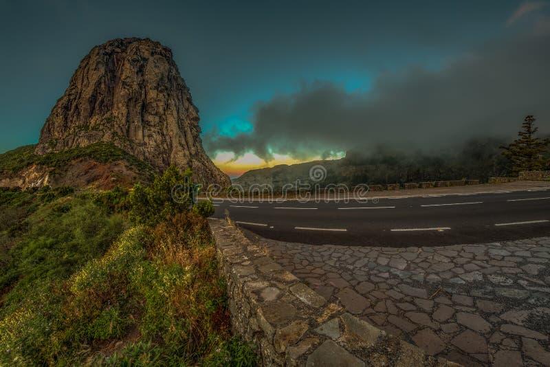 Roques y roca famosa de Agando - lugar del Los del culto cerca del parque nacional de Garajonay en el La Gomera Viejos picos de m fotografía de archivo libre de regalías