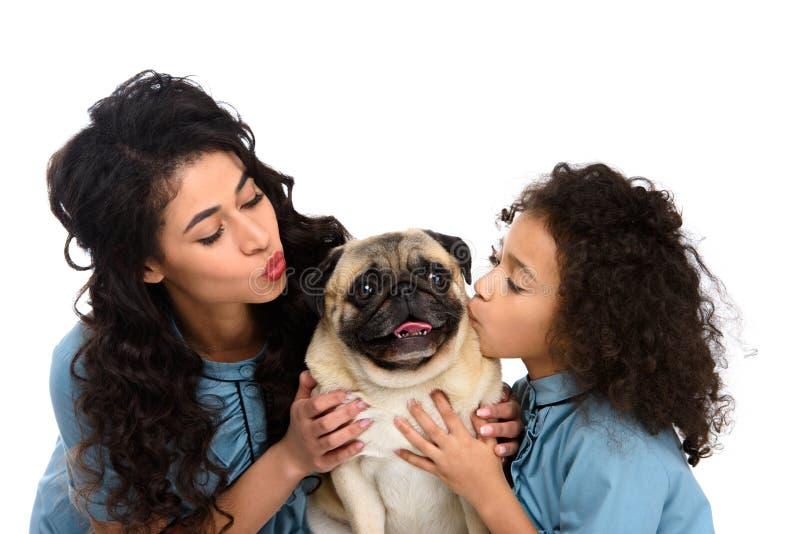 roquet mignon de baiser de mère et de fille image stock