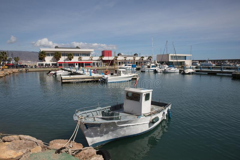 Roquetas Del Mar Costela de AlmerÃa na Espanha de AndalucÃa com os barcos no porto foto de stock