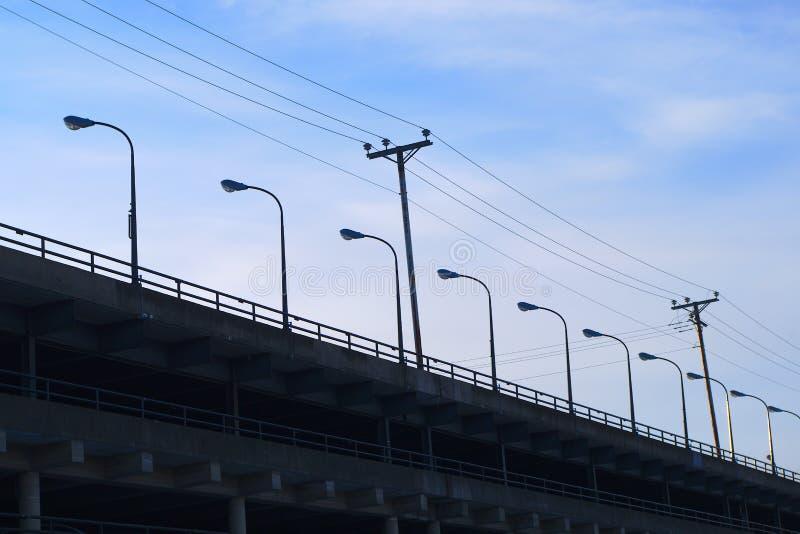 Ror konkreta parkeringsplatsljus för golv elkraftlinjen royaltyfria bilder