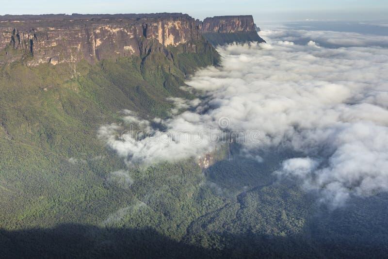 从Roraima tepui的看法在薄雾的Kukenan tepui - Venez 免版税库存照片