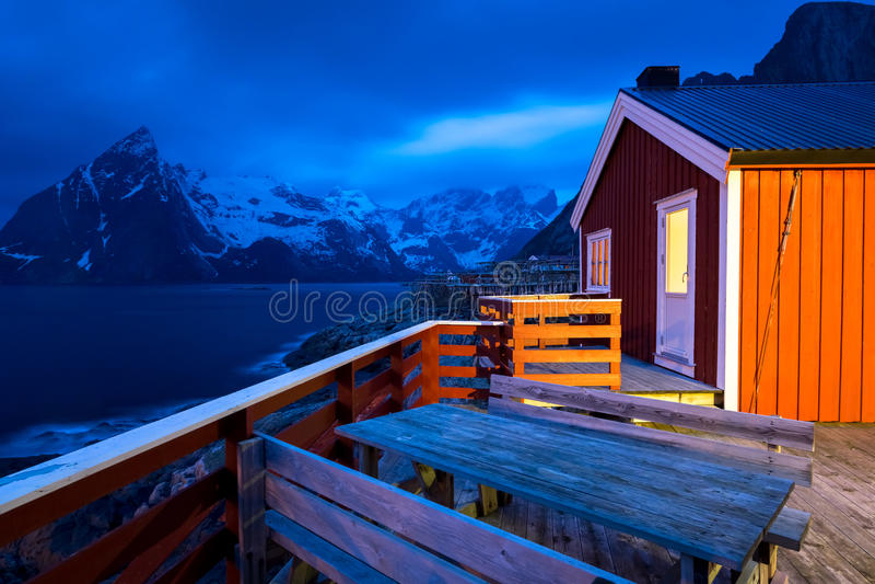 Rorbu και βουνά, Lofoten, Νορβηγία στοκ φωτογραφία