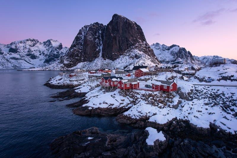 Rorbu nel villaggio di Hamnoy ad alba nella stagione invernale, isole di Lofoten, Norvegia delle cabine dei pescatori fotografia stock libera da diritti
