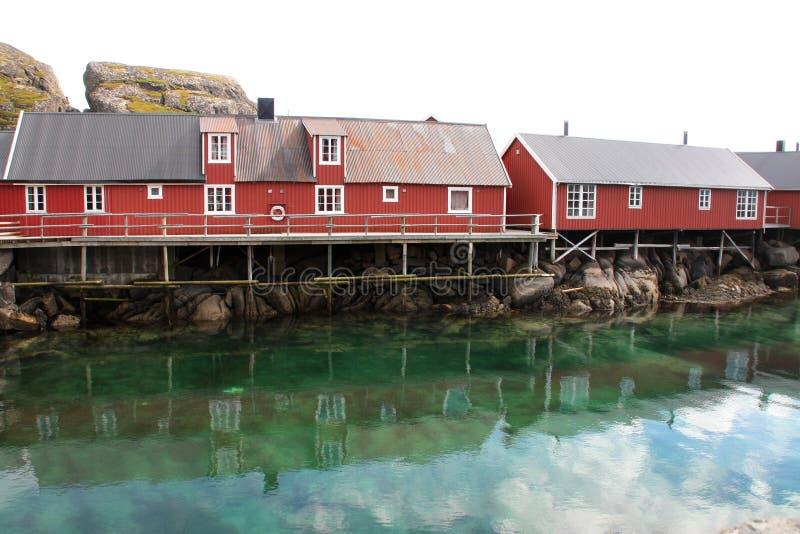Rorbuer en het weerspiegelen van wolken van Mortsund royalty-vrije stock fotografie
