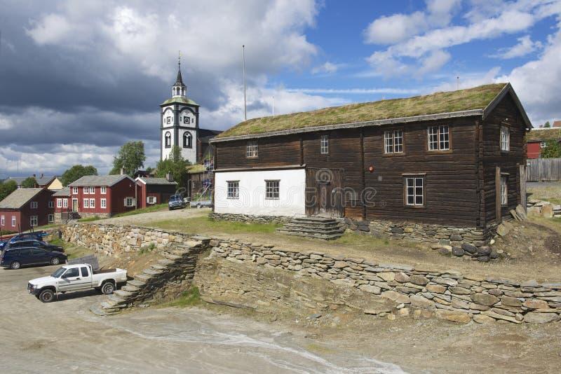 Roros铜矿镇的传统房子和教堂钟塔外部在Roros,挪威 免版税库存照片