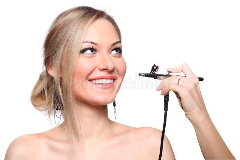 Rortrait di un modello della ragazza con l'aerografo della mano immagine stock
