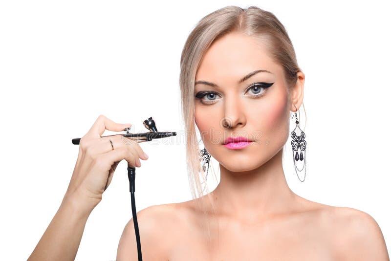 Rortrait di un modello della ragazza con l'aerografo della mano immagini stock libere da diritti