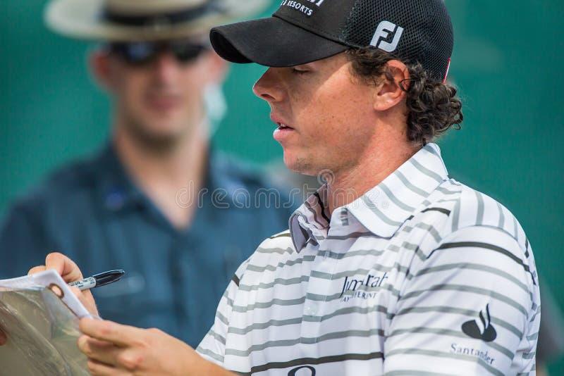 Rory McIlroy подписывает автографы на Barclays 2012 стоковая фотография