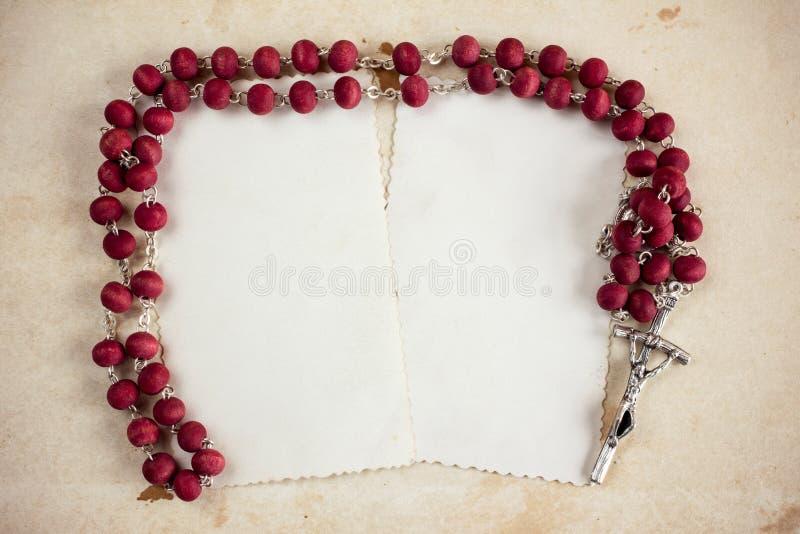 Rosário católico e dois cartões vazios imagens de stock