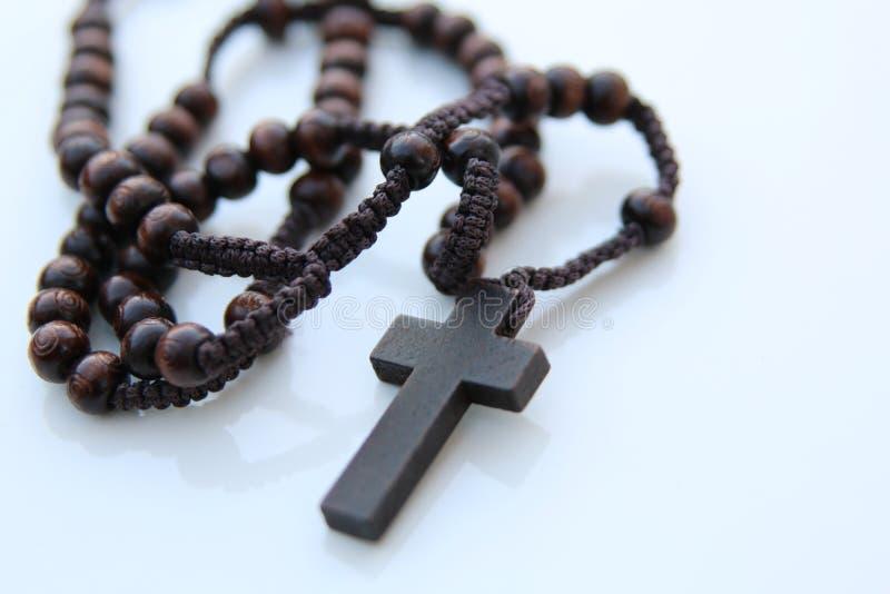 Rosário e cruz de madeira imagens de stock