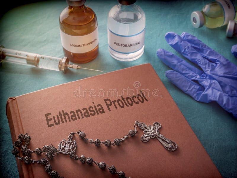 Rosário em uma eutanásia do livro do protocolo, medicinas para a injeção letal em um hospital fotos de stock royalty free