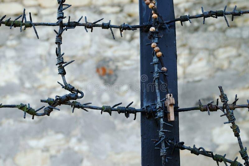Rosário que pendura fora das vítimas de comemoração de um monumento de nazis alemães da guerra mundial 2 em Kazimierz Dolny, Polô fotografia de stock