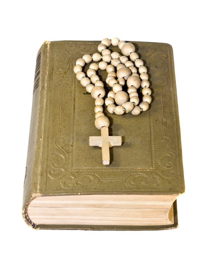 Rosário sobre uma Bíblia santamente velha fotografia de stock
