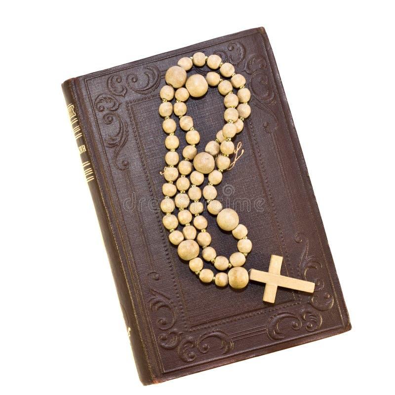 Rosário sobre uma Bíblia santamente velha imagens de stock royalty free