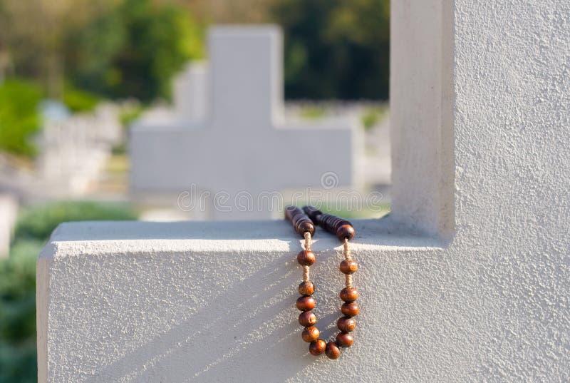 Rosário velho na cruz do cemitério imagem de stock royalty free