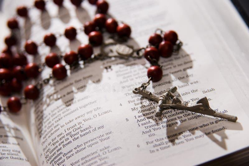 Rosário vermelho e a Bíblia santamente fotos de stock royalty free