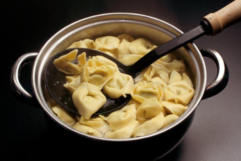 Rosół z tortellini - włoski jedzenie fotografia stock