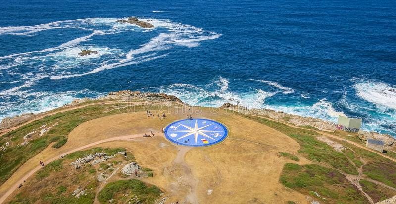 Ros av vindarna nära Hercules Tower i en Coruna, Galicia, nordliga Spanien royaltyfria foton