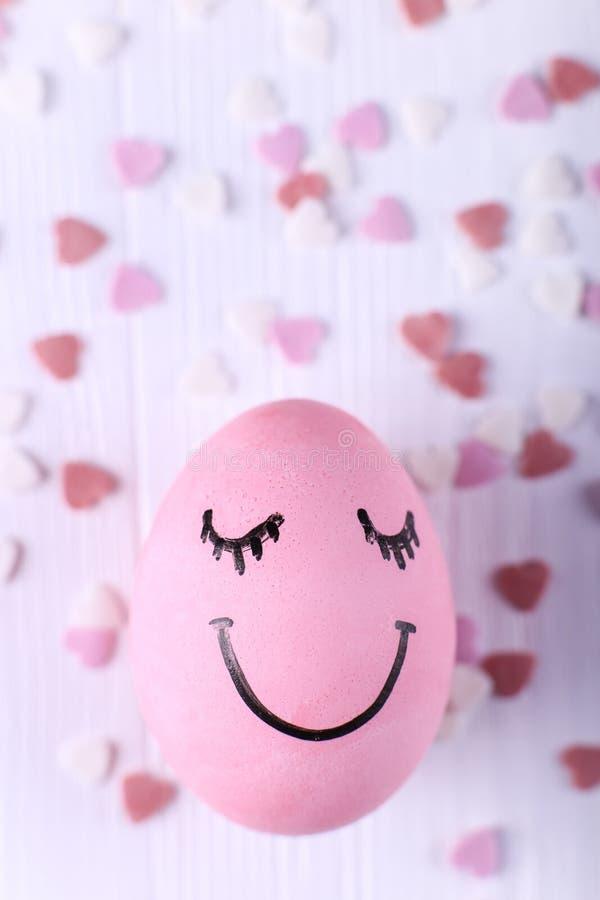 Rosa ägg med målade leenden Lycklig design för kort för påskbegreppshälsning royaltyfri foto