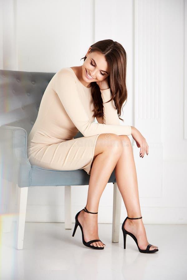 Rosa alla moda della seta dell'abbigliamento di tendenza di progettazione di usura del modello della donna di bellezza fotografia stock