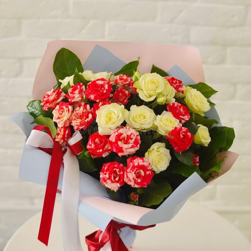 Rosa arbustos em uma tabela ilustração royalty free