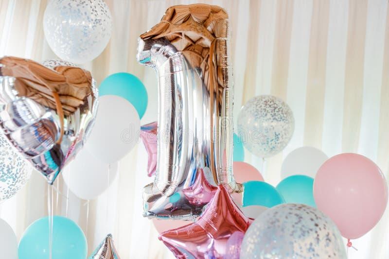 Rosa, argento e palloni gonfiabili blu sui nastri - numero 1 Decorazioni per la festa di compleanno Pallone metallico di progetta fotografia stock