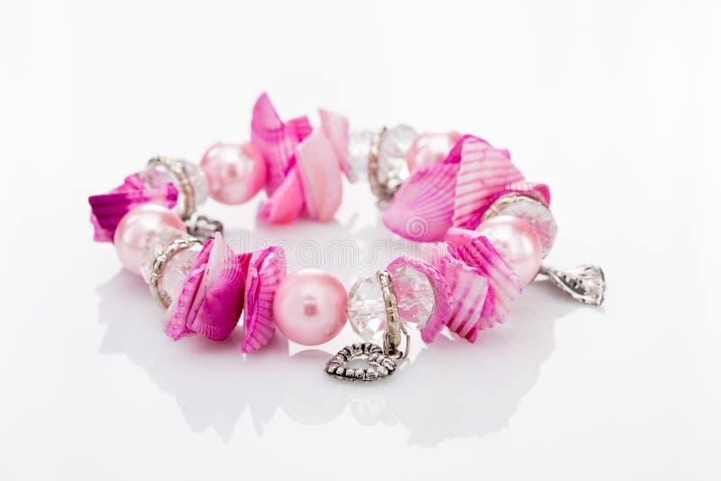 Rosa armband med hängear royaltyfria bilder