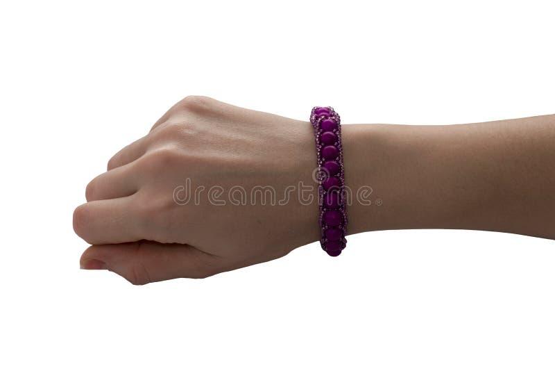 Rosa armbandmodell på en hand för man` s Tom orientering av designen av handledbaner Billiga armband som isoleras royaltyfria bilder