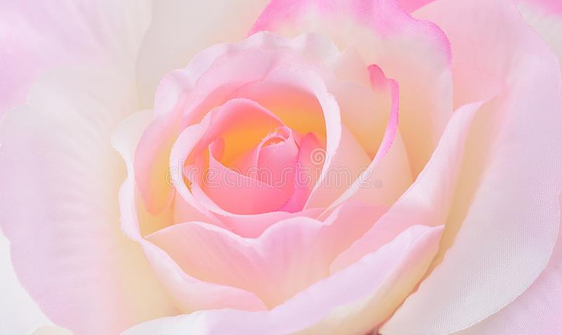 Rosa artificial en fondo foto de archivo