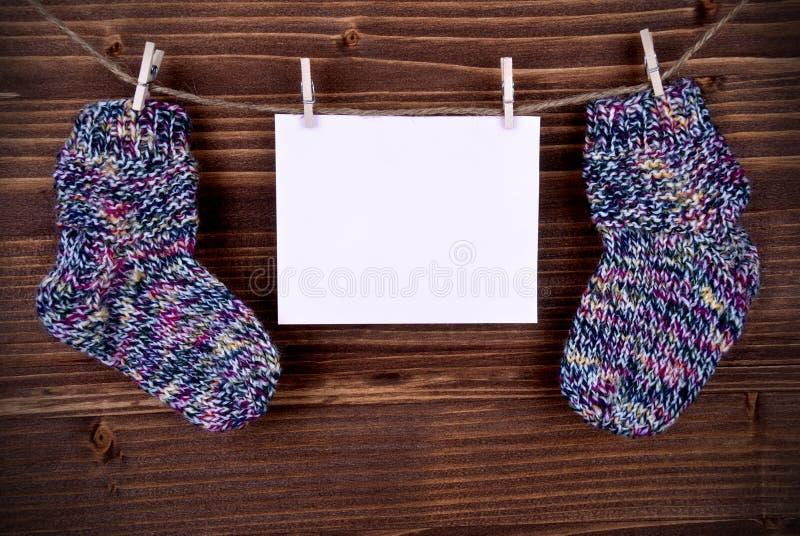 Rosa Aufkleber mit Baby-Socken und Kopien-Raum lizenzfreies stockbild