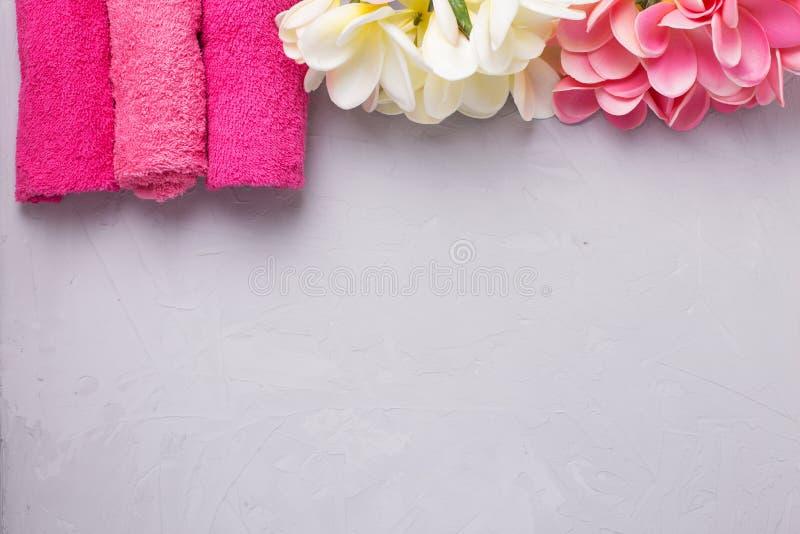 Rosa badlakan och tropiska blommor på grå färger texturerade backgrou royaltyfri fotografi