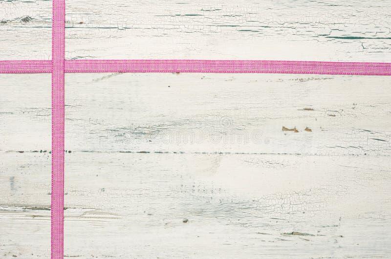Rosa band på en träbakgrund royaltyfria bilder