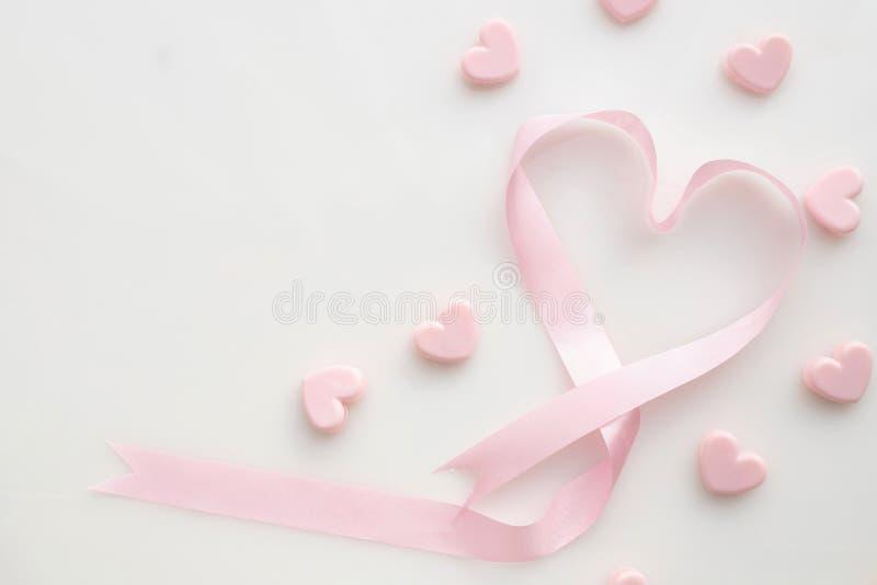 Rosa bandhjärtaform på isolerad vit bakgrund, Velentines dagbakgrund royaltyfri foto