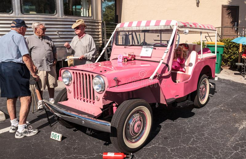 Rosa Barbie Jeep 1961 en el Car Show cl?sico del 32do dep?sito anual de N?poles foto de archivo