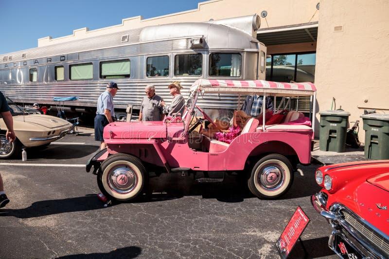 Rosa Barbie Jeep 1961 en el Car Show cl?sico del 32do dep?sito anual de N?poles imagen de archivo libre de regalías