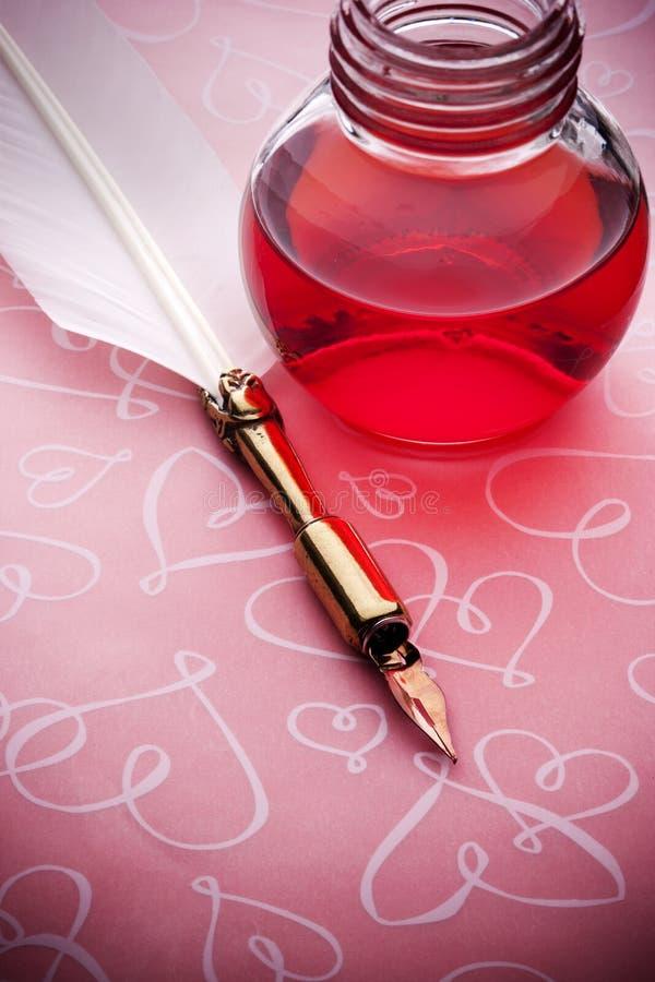 Rosa bläckpennaförälskelsebakgrund royaltyfri foto