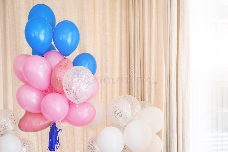 Rosa-, Blaue und weißeaufblasbare Ballone Dekorationen für Geburtstagsfeier lizenzfreie stockfotografie