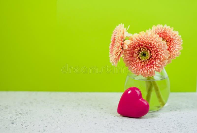Rosa blommor för härlig vår på den blåa pastellfärgade tabellen i en vas blom- kant arkivfoto
