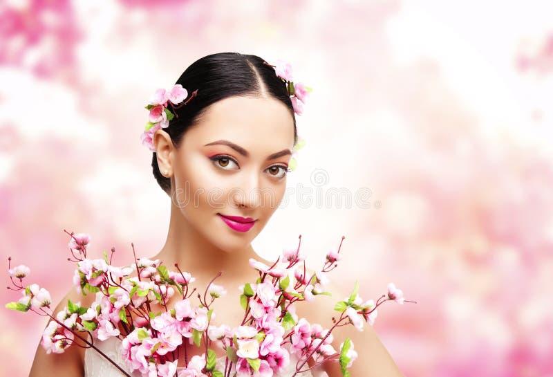 Rosa blommor för kvinnaskönhet, asiatisk modemodell Girl royaltyfria foton