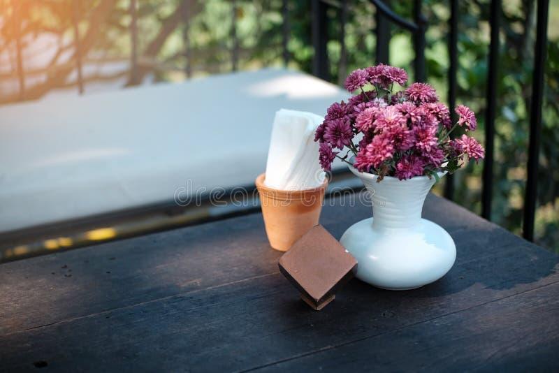 Rosa Blumen im Vase auf Holztischdekoration lizenzfreie stockfotografie