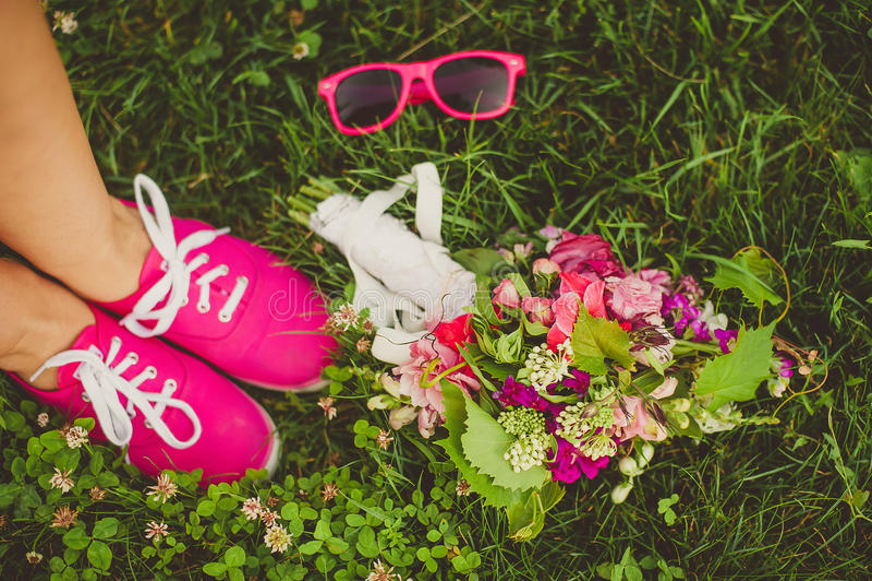 Rosa Blumen, rosa Gläser, rosa Schuhe lizenzfreie stockfotos