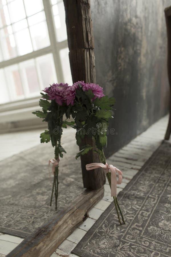 Rosa Blumen werden im Spiegel reflektiert stockfoto