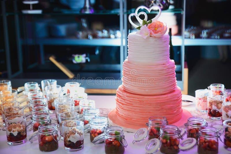 Rosa bröllopstårta arkivfoton