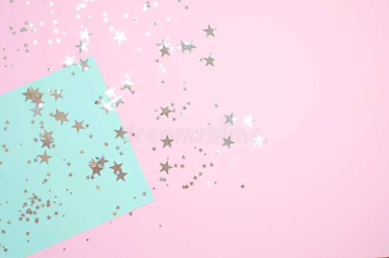 Rosa brilhante com fundo da hortelã com estrelas brilhantes imagens de stock