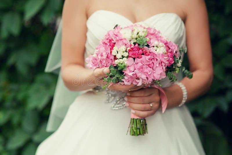 Rosa brud- bröllopbukett royaltyfria bilder