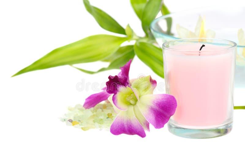 rosa brunnsorttema för stearinljus arkivfoton